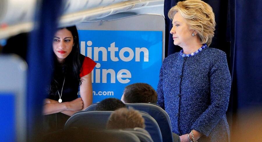 Hillary Clinton i samtale med Huma Abedin ombord på sit kampagnefly.