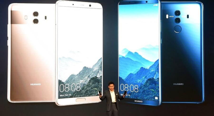 Mate 10 Pro er kinesiske Huaweis toptelefon, som blev præsenteret i efteråret, men nu har to af USAs største teleselskaber valgt ikke at tage dem til USA. Arkivfoto. Christof Stache, AFP/Scanpix