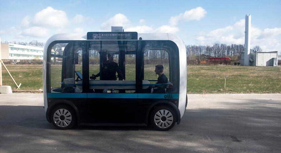 """BMINTERN - Fotos af den selvkørende bus minibus """"Olli"""" i prøveområdet ved DTU."""