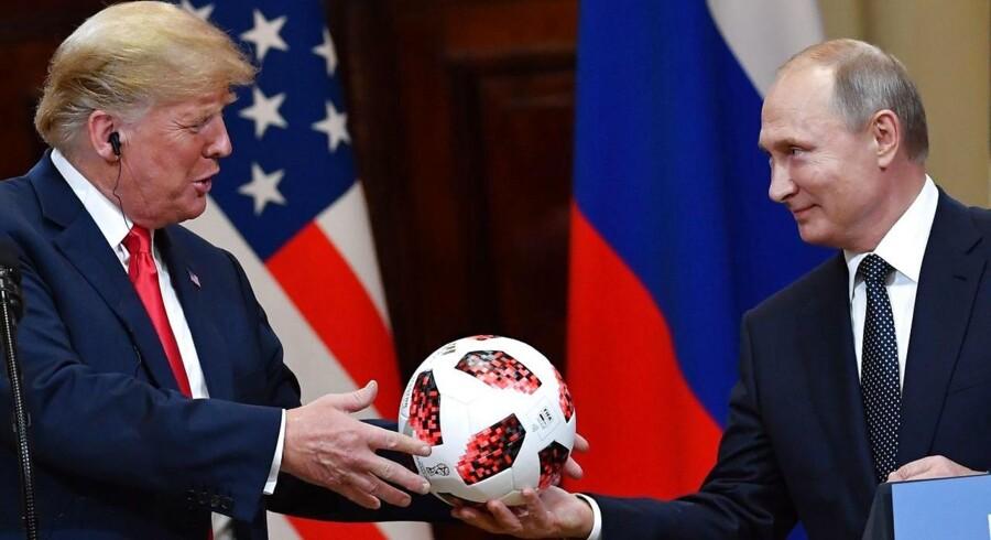 Ruslands præsident, Vladimir Putin, gav på mandagens pressemøde en fodbold fra VM 2018. I det hele taget var tonen mellem de to noget bedre, end man kunne forvente.