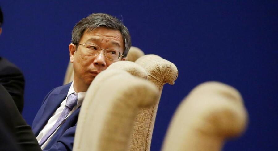 Kinas centralbankchef, Yi Gang, kigger sig over skulderen.