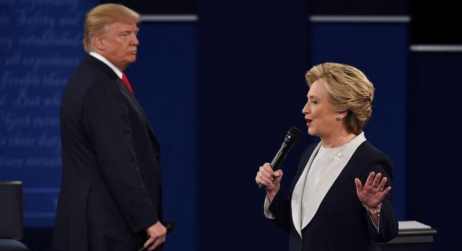 Mange af nattens tweets om præsidentdebatten omhandlede kandidaternes - særligt Trumps' - kropssprog.