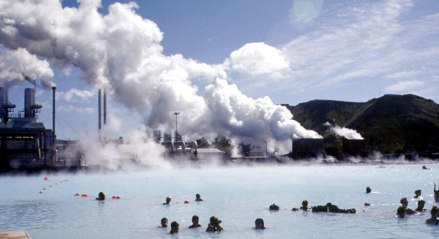 Islands blå lagune med geotermisk kraftværk i baggrunden.
