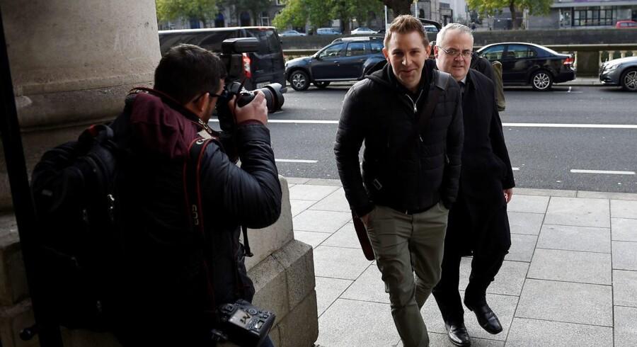 Østrigeren Max Schrems (i midten) har i årevis ved domstolene kæmpet for at få stoppet Facebooks overførsel af data fra Europa til USA. Han vandt i april sin sag ved den irske højesteret, som sendte afgørelsen videre til EU-Domstolen. Det forsøger Facebook nu i sidste øjeblik at forhindre. Arkivfoto: Clodagh Kilcoyne, Reuters/Scanpix