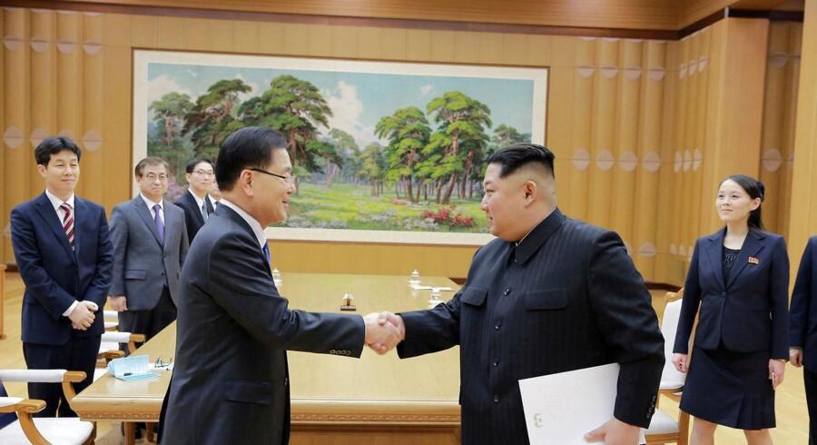 Nordkoreas leder Kim Jong-un giver hånd til Chung Eui-yong, som har stået i spidsen for den sydkoreanske forhandlingsdelegation. Foto: Reuters