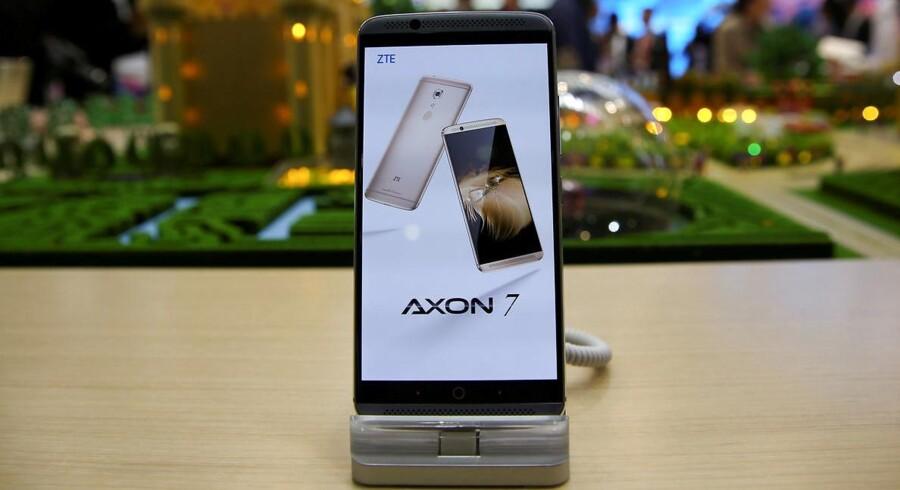 ZTE har standset sin mobilproduktion, her en Axon7-telefon, oven på den amerikanske karantæne, som forbyder virksomheder i USA at handle med den kinesiske mobilgigant. Arkivfoto: Paul Hanna, Reuters/Scanpix