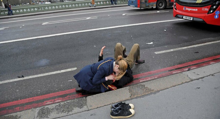 På billedet hjælper en kvinde en såret mand efter terrorangrebet ved Westminister Bridge i marts 2017. Et andet sted ved broen blev en kvinde med slør fotograferet med sit blik rettet ned i sin telefon. Hun havde kort forinden været med til at yde førstehjælp, på billedet var hun ved at ringe hjem og sige, at hun var OK, og bagefter hjalp hun en ældre kvinde væk fra stedet. Men en helt anden historie blev hurtigt spredt.