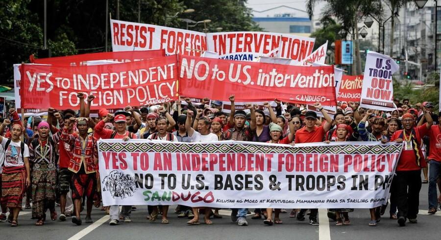 Hundredvis af filippinere demonstrerer 19. oktober mod USAs militære tilstedeværelse og til støtte for den fillippinske præsident Rodrigo Dutertes selvstændige udenrigspolitik. Demonstrationen endte voldeligt.