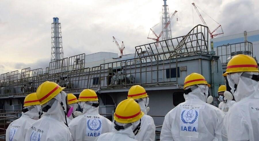 Medlemmer af Det Internationale Atomenergiagentur inspicerer Fukushimaværket.