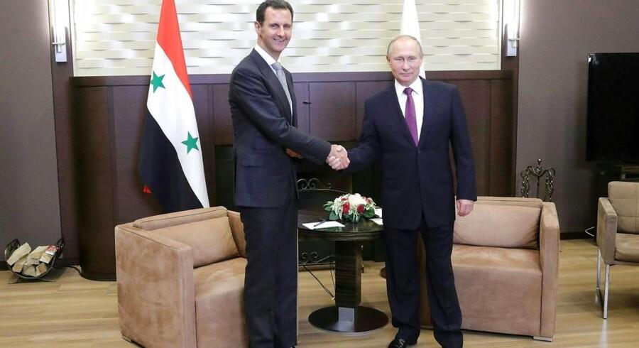 Bashar al-Assad var mandag på besøg i Sotji. Her roste de to hinanden for kampen mod terror i Syrien.