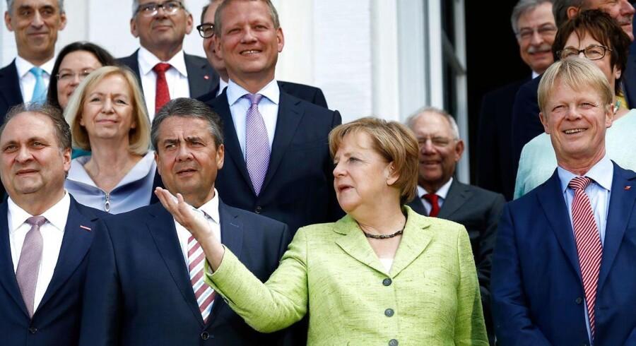 Arkivfoto af den tyske vicekansler og udenrigsminister Sigmar Gabriel (C-L) og den tyske kansler Angela Merkel. / AFP PHOTO / Odd ANDERSEN