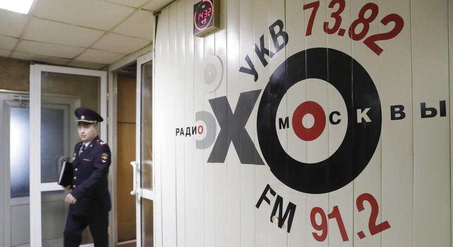 En fremtrædende studievært på radiostationen Ekho Moskvy fik stukket en kniv i nakken af overfaldsmand.