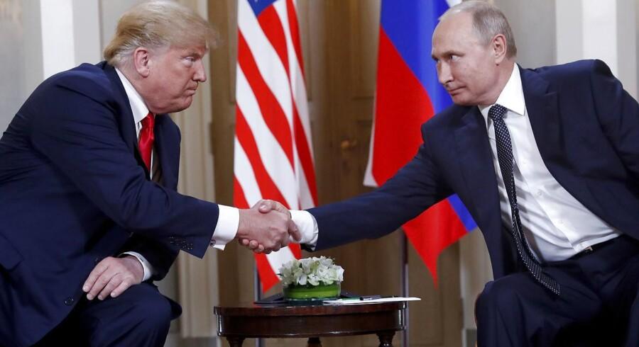 Den amerikanske præsident Donald Trump udveksler håndtryk med den russiske præsident Vladimir Putin ved mødet i Helsinki, Finland.