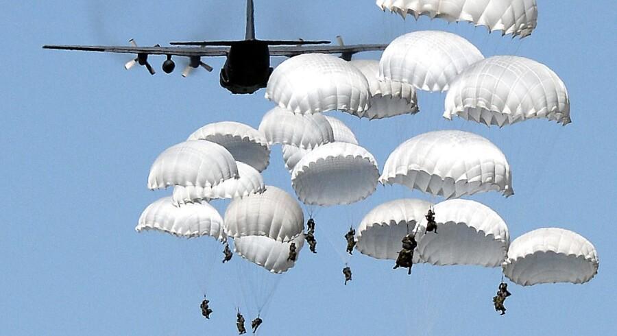 Soldater springer ud med faldskærm i det centrale Polen under den storstilede NATO-øvelse for nylig.