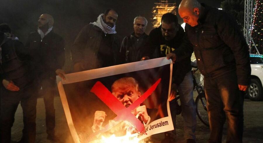Palæstinensere i Betlehem brænder et billede af USAs præsident Donald Trump. I aften ventes Trump at anerkende Jerusalem som Israels hovedstad.
