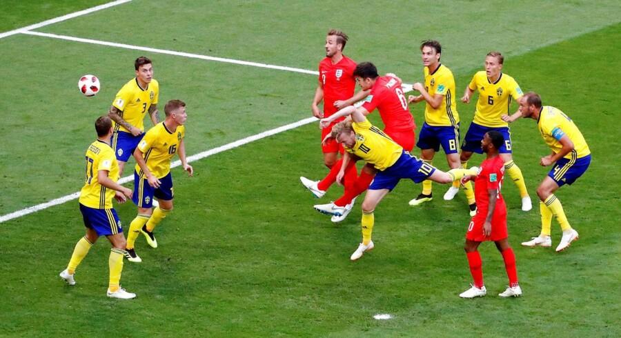 For stort set første gang i fem VM-kampe bristede den svenske helhed i forsvaret, så situationen kom til at hvile på en enkelt blågul spiller. Emil Forsberg kom til at duellere med Maguire: Overmatchet. 1-0. FOTO: REUTERS/David Gray.