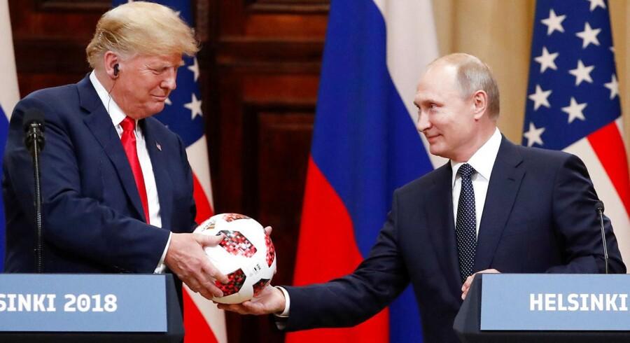 USAs præsident modtager en fodbold fra Ruslands præsident Vladimir Putin.