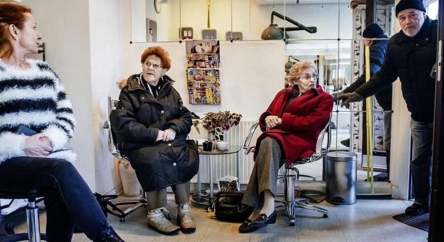 På besøg hos Guldsaksen i Guldbergsgade til en snak om resultatet af præsidentvalget. Fra højre: Martha Alexandersen, Lille Irene, Sonja og Erik.