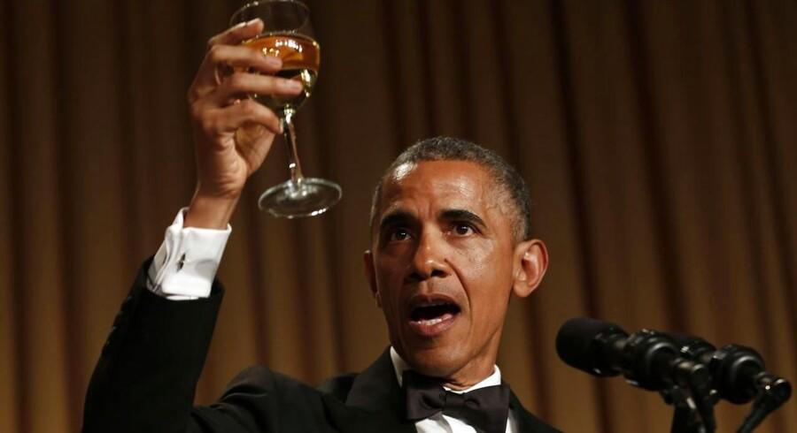 USAs præsident Barack Obama uddeler en skål ved den årlige middag for pressen.