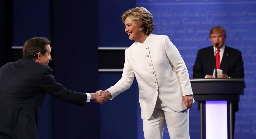 Ordstyreren Chris Wallace fra kanalen FOX sikrede i høj grad en debat med substans mellem de to præsidentkandidater, Donald Trump og Hillary Clinton. Men som debatten forløb aftog substansen og personkampen tog til.