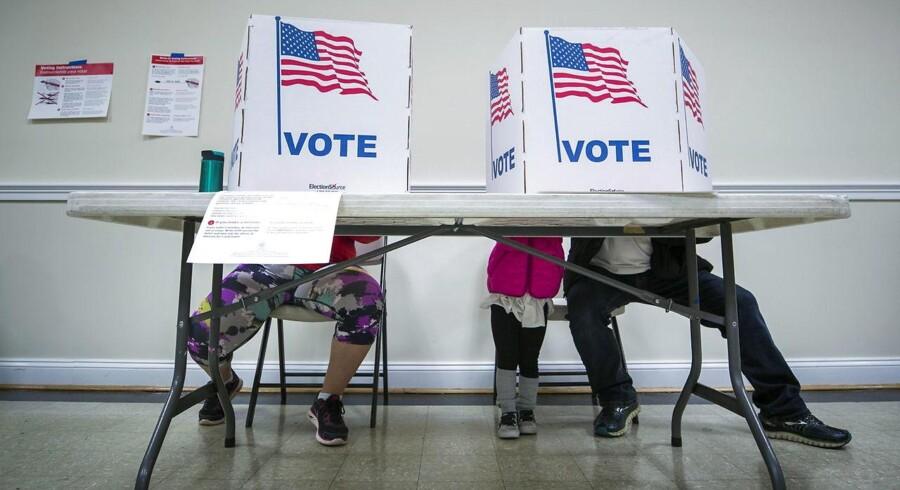 Her ses borgere i Virginia sætte kryd på stemmesedlen.