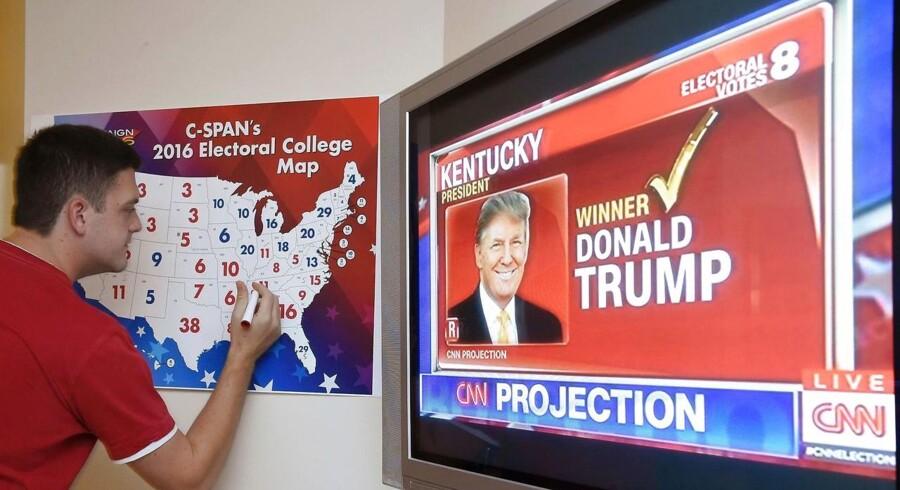 Ved et valgarrangement i Coconut Grove i Florida angiver Jake Krupa med farver, hvem af de to kandidater der har vundet hver enkelt stat. Lige nu har Trump et minimalt forspring i netop Florida.