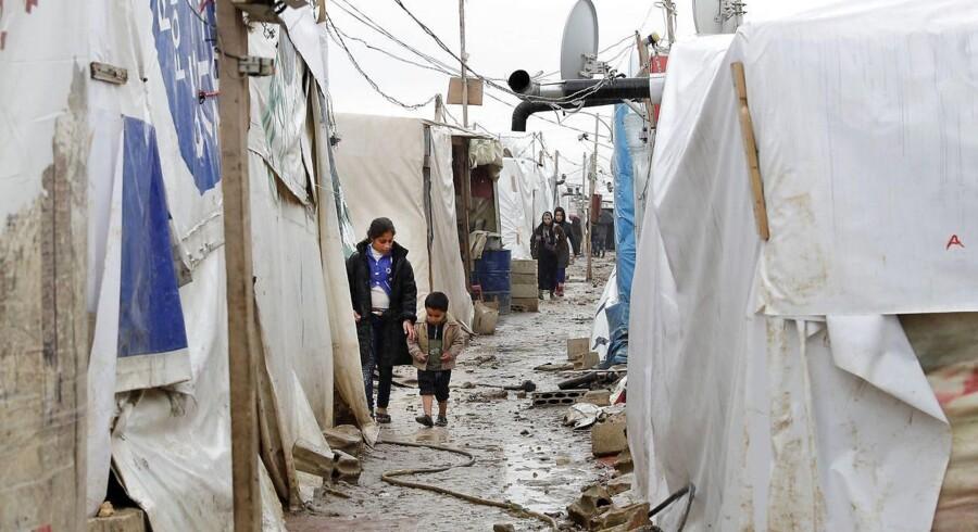 Syriske flygtningebørn i en af de uofficielle flygtningelejre i nabolandet Libanon. Det var på Belgiens ambassade i Libanon, at et syrisk par med tre mindre børn bad om visum med henblik på at kunne søge asyl i Belgien. De belgiske myndighederne sagde nej, og det var helt på linje med EU-lovgivningen, har EU-Domstolen nu slået fast. / AFP PHOTO / JOSEPH EID