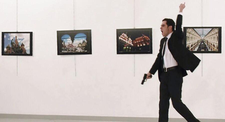 Det tyrkiske indenrigsministerium bekræfter, at manden, der mandag aften dræbte den russiske ambassadør i Ankara, er Mevlüt Mert Altıntaş. Han var en 22-årig politibetjent i det tyrkiske uropoliti i Ankara.
