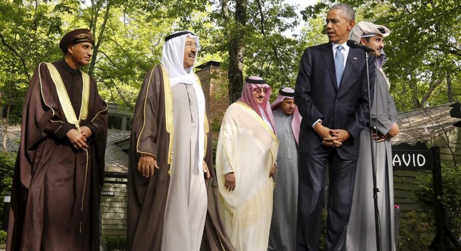 Barack Obama havde nok at se til, da han torsdag havde besøg i Camp David af repræsentanter fra seks golfstater, som hver især skulle overbevises om USAs fortsatte loyalitet i skyggen af atomforhandlingerne med Iran. Her er præsidenten ude i den friske luft med Omans vicepremierminister, Sayyid Fahd bin Mahmoud Al Said (t.v.); Emiren af Kuwait, Sheik Sabah Al-Ahmed Al-Jaber Al-Sabah; Qatars sheik, Tamim bin Hamad al-Thani (t.h. for Obama) samt Saudi-Arabiens kronprins, Mohammed bin Nayef (i hvidt) og Golfstaternes Samarbejdsråds generalsekretær, Abdullatif bin Rashid al-Zayani.