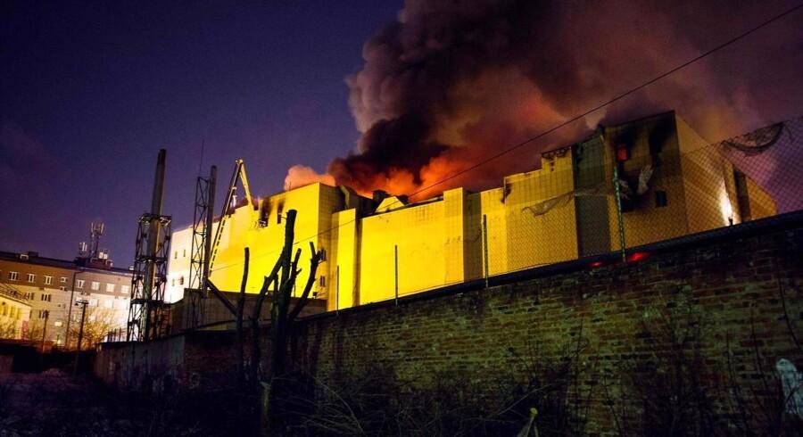 Mindst 64 personer er meldt omkommet efter den voldsomme brand i et russisk indkøbscenter i byen Kemerovo.