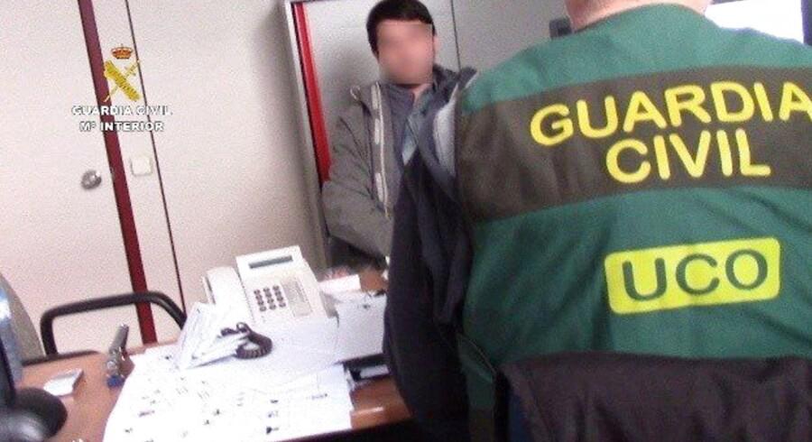 FBI sporede i januar den 32-årige Stanislav Lisov til Barcelona, hvor han og hans kæreste var på ferie. Det spanske forbundspoliti slog til i El Pratt-lufthavnen og anholdt Lisov, som USA kræver udleveret for at være forfatter til den såkaldte »Neverquest« virus, som stjal fem mio. dollar fra amerikanske internetbrugere