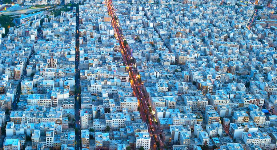 Vil sanktionerne igen sprede fattigdom og mørke over Iran? Her Teheran fotograferet i tusmørke. Foto: Scanpix