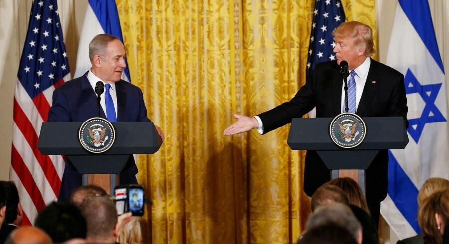Netanyahu (tv.) og Donald Trump ved deres fælles pressemøde i Det Hvide Hus onsdag.