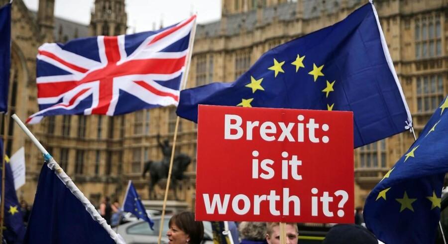 To år efter folkeafstemningen raser Brexit-debatten som aldrig før i Storbritannien. EU-tilhængere kræver fortsat tilknytning til EU og helst en ny folkeafstemning. EU-kritikerne advarer mod at røre ved »befolkningens beslutning«
