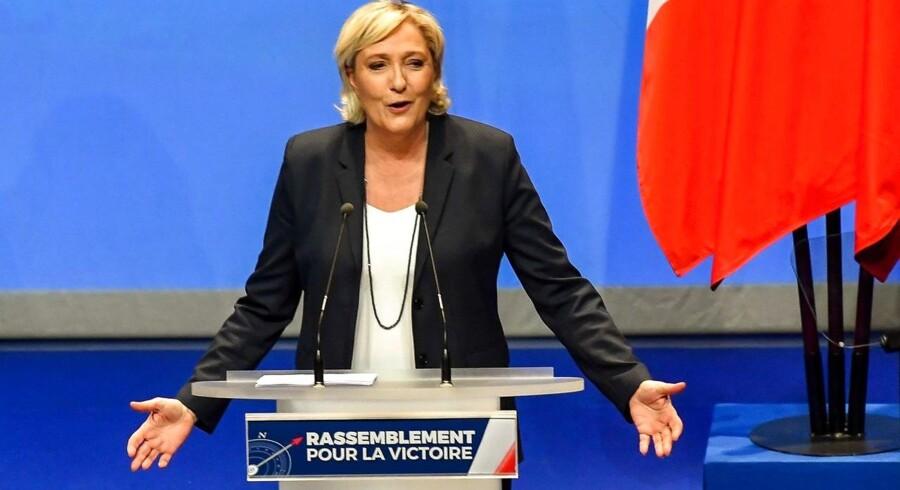 Marine Le Pen præsenterer sit forslag om nyt partinavn til højrefløjspartiet »Front National«.