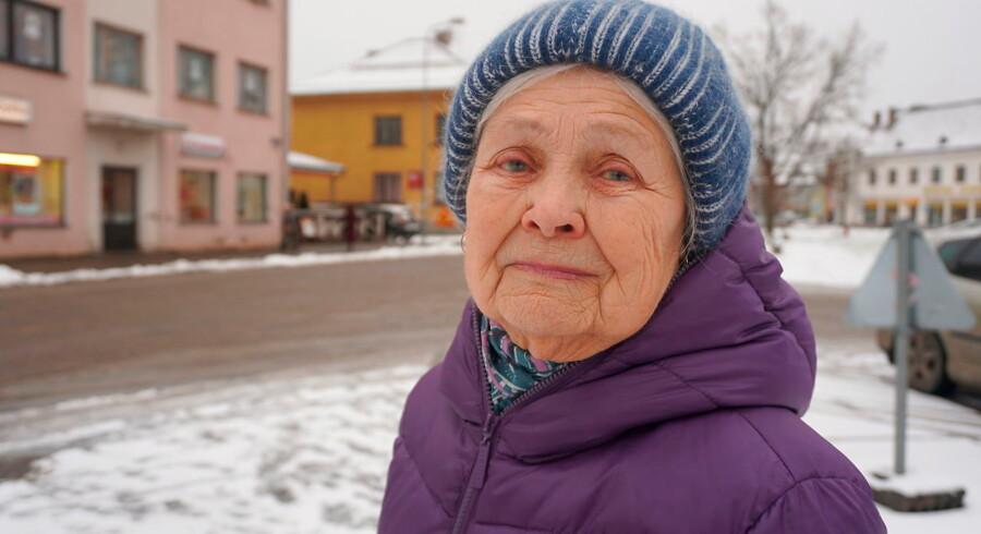 Ikke alle byder de danske soldater velkommen i den estiske by Tap. 85-årige Anastasija Sergijenko har dog ikke noget imod NATO-soldaterne, selvom hendes barnebørn gør tjeneste i den russiske hær. Foto: Simon Kruse