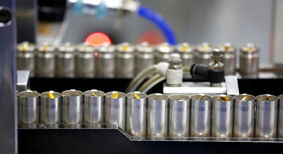 Litium og kobolt er nogle af de vigtigste dele af batterier til bl.a. mobiltelefoner og elbiler - men der er voksende mangel på de sjældne metaller. Arkivfoto: Bobby Yip, Reuters/Scanpix