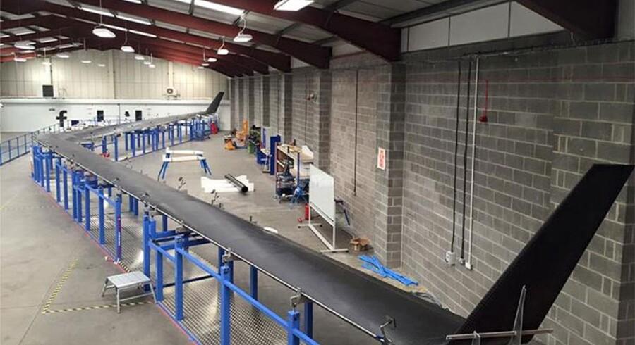 Den boomerangformede Facebook-drone Aquila har et vingefang som en Boeing 747 og skulle med solceller kunne holde sig i luften i tre måneder. Nu dropper Facebook projektet. Arkivfoto: Facebook