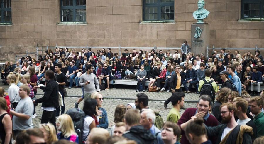 Mange studerende var samlet foran Københavns Universitet på Frue Plads til immatrikulationsfesten sidste år. I dag har Berlingske talt med en ung mand med anden etnisk baggrund, der er blevet presset til at læse en kandidatuddannelse, han slet ikke interesserer sig for.