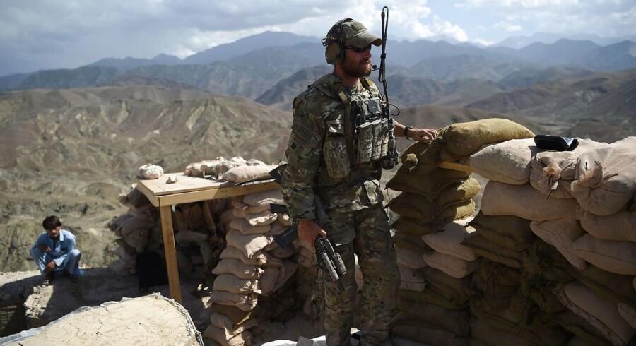 En amerikansk soldat kigger forbi et checkpoint i Nangarhar-provinsen i Afghanistan. Selv om Danmark har bidraget stort til den militære indsats i f.eks. Irak og Afghanistan, skal vi ikke tro, at vi kan eller bør løbe fra de aftaler, vi har forpligtet os til over for NATO.