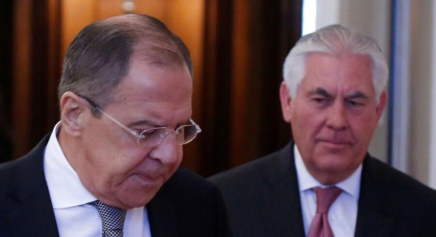 Ruslands udenrigsminister Sergej Lavrov og USAs udenrigsminister Rex Tillerson forud for dagens møde i Moskva. April 12, 2017. REUTERS/Maxim Shemetov