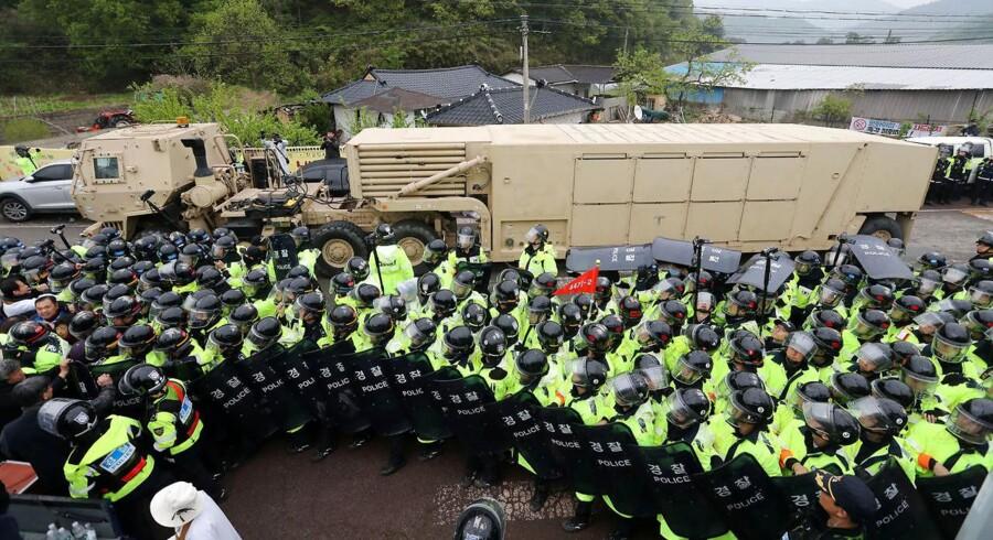 Et militærkøretøj, der er en del af THAAD (Terminalt Højområdeforsvar), ankommer i Seongju 26 april 2017 under protester fra lokale. A U.S. military vehicle which is a part of Terminal High Altitude Area Defense (THAAD) system arrives in Seongju, South Korea, April 26, 2017. Kim Jun-beom/Yonhap via REUTERS ATTENTION EDITORS - THIS IMAGE HAS BEEN SUPPLIED BY A THIRD PARTY. SOUTH KOREA OUT. FOR EDITORIAL USE ONLY.NO RESALES.NO ARCHIVE. TPX IMAGES OF THE DAY