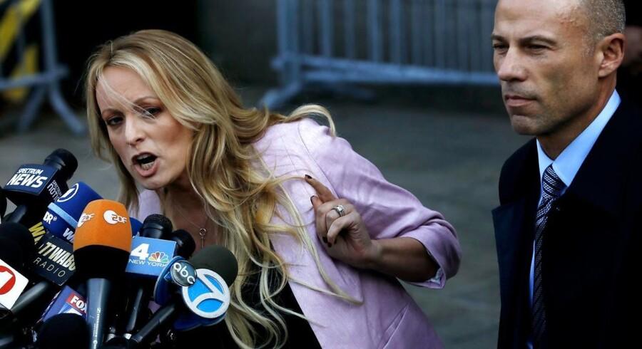 Stormy Daniels (Stephanie Clifford) talte til pressen med sin advokat, Michael Avenatti, ved sin side efter retsmødet med præsident Trumps advokat, Michael Cohen, mandag i New York. »I årevis har hr. Cohen optrådt, som om han er hævet over loven,« sagde hun. »Han har aldrig ment, at den lille mand, eller især kvinder, og endnu mere kvinder som mig, har betydning. Det slutter nu.« EPA/PETER FOLEY
