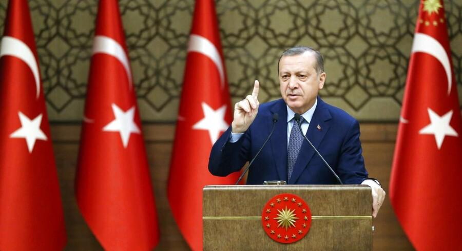 Tyrkiets præsident Recep Tayyip Erdogan hævder, at den USA-ledede koalition i Syrien støtter Islamisk Stat.