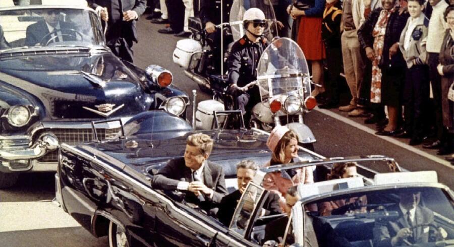 John F. Kennedy, Jacqueline Kennedy og Texas' guvernør John Connally kort før, at præsidenten blev skudt.