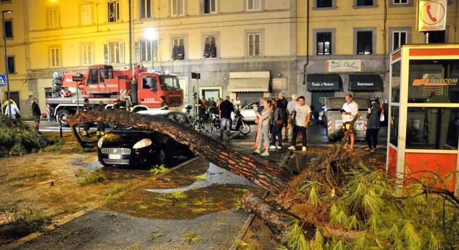 """""""En vanvittig mængde regn"""" har ramt byen Livorno i Toscana i løbet af få timer, siger byens borgmester.. EPA/ALESSIO NOVI"""