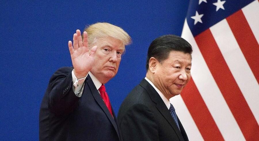 I november sidste år mødtes USAs præsident Donald Trump (tv.) og Kinas præsident Xi Jinping i Beijing. På det tidspunkt, var de to statsledere stadig villige til at bøje sig mod hinanden og forsøge at undgå en handelskrig. Arkivfoto: NICOLAS ASFOURI/Ritzau Scanpix