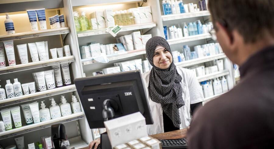 Alaa Burghle er på arbejde som farmaceut på Sønderbro Apotek på Amager. Hun var fem år gammel, da hun kom til Danmark med sine syriske forældre. Til august begynder hun i sit nye hos virksomheden Phamakon i Hillerød.