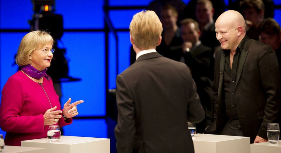 Ifølge Pia Kjærsgaard skal politikere holde sig for gode til at mundhugges i debatter på TV. Gør de det, kan det være med til højne deres agtelse i danskernes øjne mener hun. Billedet er fra »Debatten« på DR2, her med Thomas Blachman og Pia Kjærsgaard.