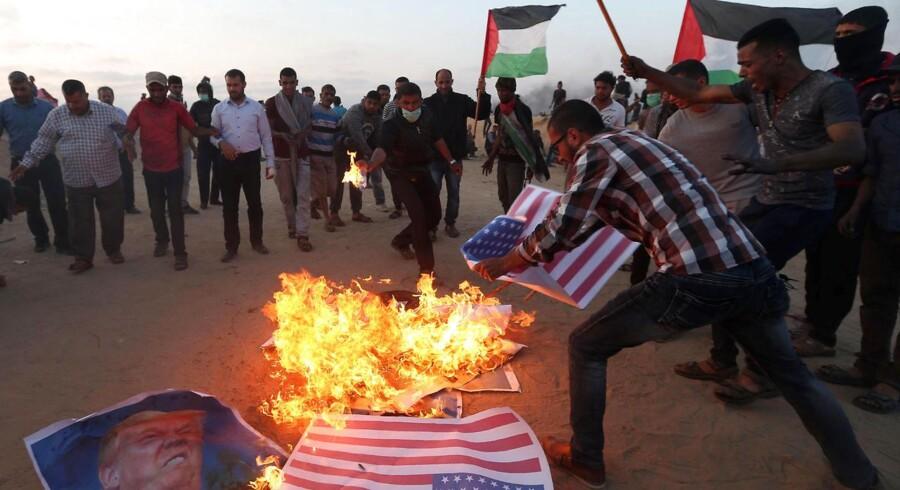Palæstinensere protesterer over USAs beslutning om at flytte ambassaden fra Tel Aviv til Jerusalem. REUTERS/Ibraheem Abu Mustafa